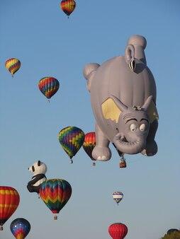 Festiwal balonów na ogrzane powietrze latające balonami na ogrzane powietrze na błękitnym niebie adirondack queensbury w nowym jorku