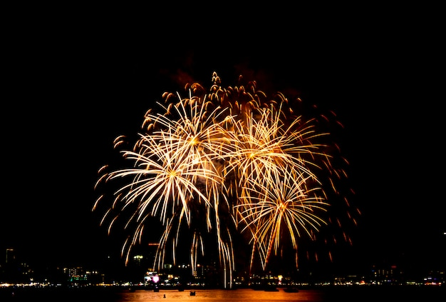 Festiwal fajerwerków w pattaya, tajlandia. kolorowi fajerwerki na nocnym niebie przy plażą.