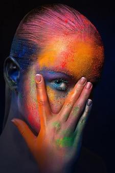 Festiwal kolorów holi. portret modelki ze stawianiem kolorowy makijaż
