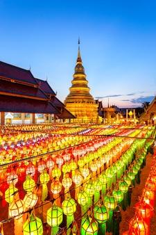 Festiwal kolorowych lamp i latarnia w loi krathong w wat phra that hariphunchai, prowincja lamphun, tajlandia