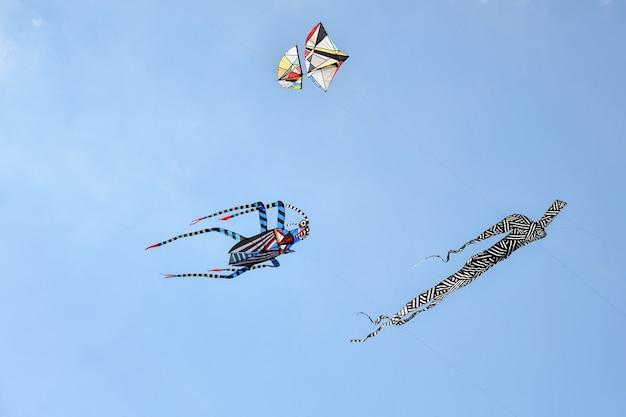 Festiwal latawców. latawce na niebie w oceanie atlantyckim