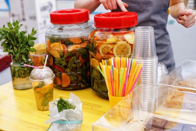 Festiwal lokalnych potraw. duże butelki świeżej lemoniady i owoców