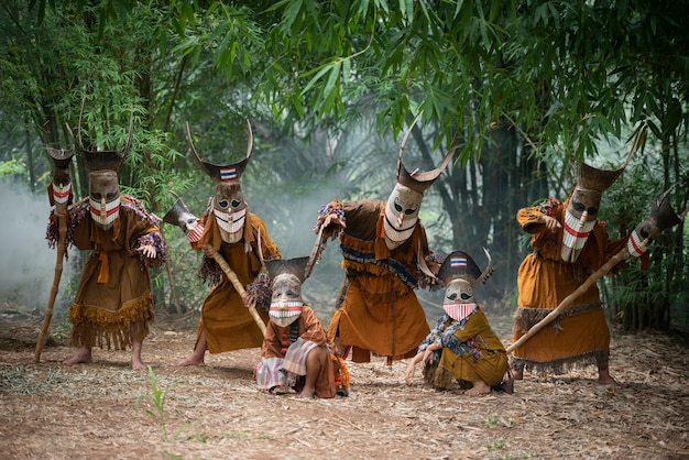 Festiwal phi ta khon maska ducha i kolorowy kostium zabawa tradycyjna tajlandia maska pokaz sztuki i kultury prowincja loei dan sai festiwal tajlandia - phi ta khon lub halloween tajlandii