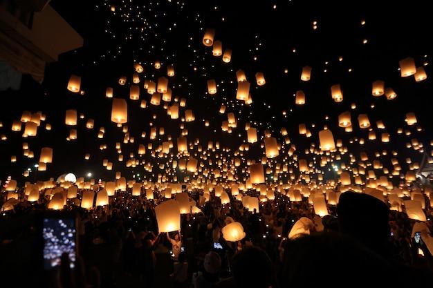 Festiwal pływających latarni w tajlandii