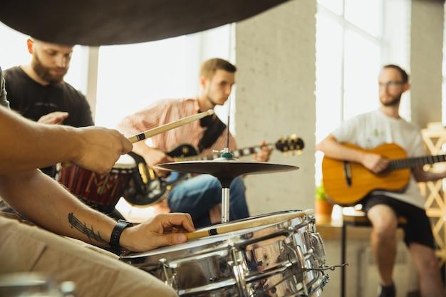 Festiwal. zespół muzyków jammujących razem w miejscu pracy z instrumentami. kaukascy mężczyźni i kobiety, muzycy, grający i śpiewający razem. pojęcie muzyki, hobby, emocji, zawodu artystycznego.