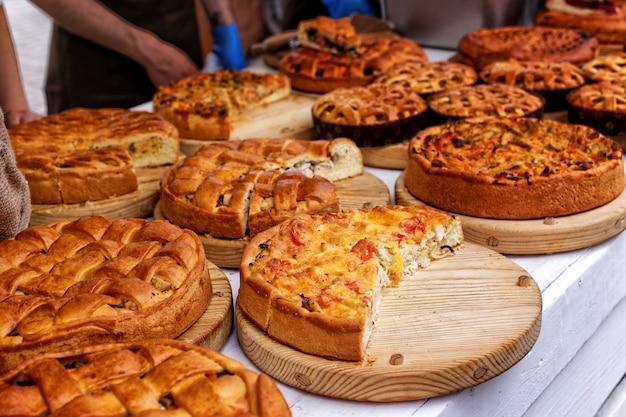Festiwal żywności z różnorodnymi artykułami spożywczymi. usługi kateringowe.