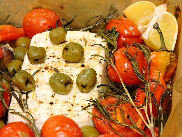 Feta z oliwkami cytrynowymi i wiśniowymi.