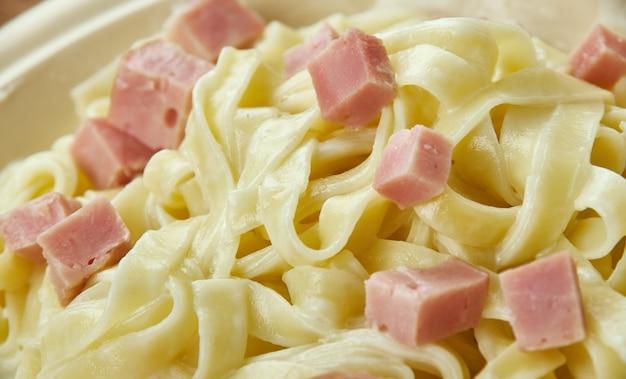 Fettuccine alfredo - rodzaj makaronu popularnego w kuchni rzymskiej i toskańskiej.