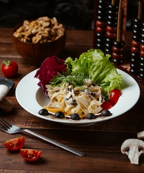 Fettucine polo funghi z warzywami