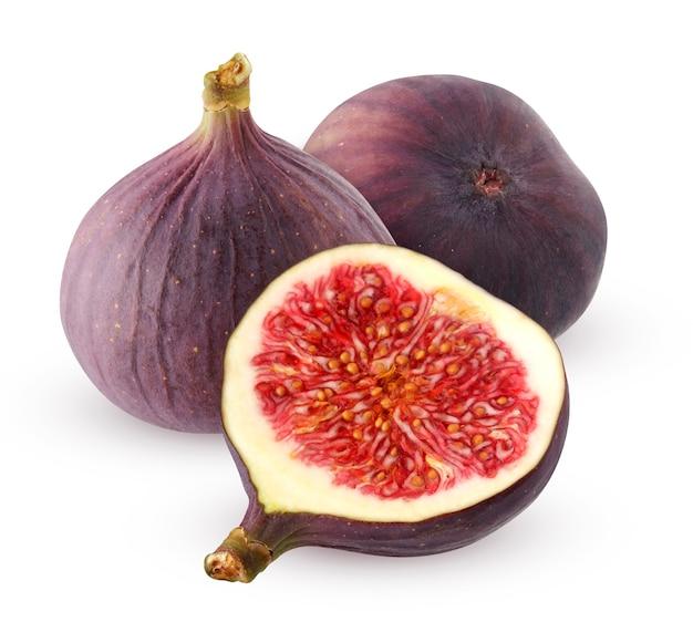 Figi na białym tle. dwie figi całe i pół na białym tle. fioletowy owoc.