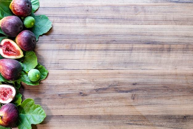 Figi na rustykalnej drewnianej powierzchni