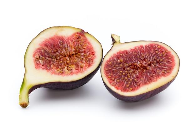 Figi owoce na białym tle na białej powierzchni.