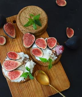Figi, ser i miód na okrągłych kanapkach