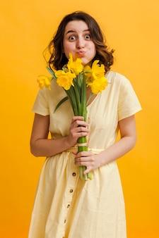 Figlarna kobieta z kwiatami