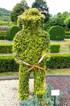 Figura w kształcie kosiarki z krzaków, letni park w europie. profesjonalne ogrodnictwo, europejski zielony krajobraz, dekoracja roślin ogrodowych