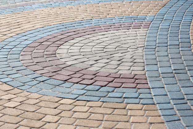 Figura wyłożona kolorowym kamiennym chodnikiem