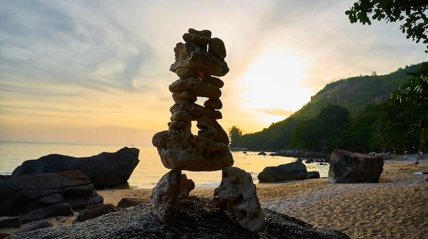 Figura z kamieni o zachodzie słońca