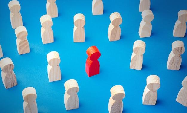 Figurka czerwonego mężczyzny w tłumie ludzi wyróżnia się z tłumu inne specjalne