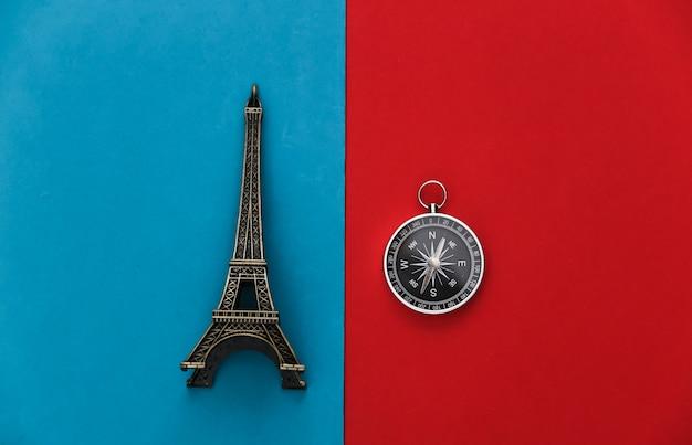 Figurka kompasu i wieży eiffla w kolorze czerwono-niebieskim