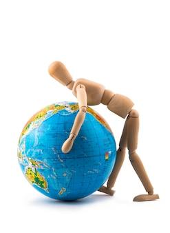 Figurka mężczyzny próbującego podnieść glob