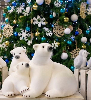 Figurka niedźwiedzi polarnych, w pobliżu choinki. wystrój świąteczny, ozdoby choinkowe.