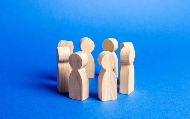 Figurki ludzi stoją w kręgu dyskusja współpraca odprawa pracowników organizacja pracy i procesów