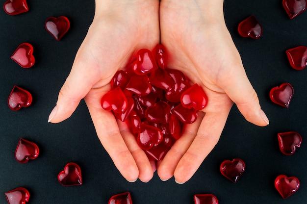 Figurki serce w dłoniach jako symbol miłości