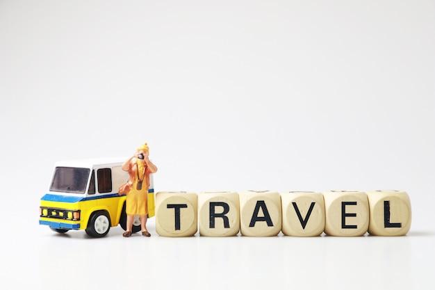 Figurki zabawki ze słowem podróży