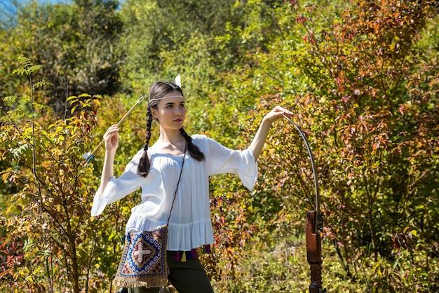 Fikcyjna native american indian kobieta z łukiem i strzałami. styl życia