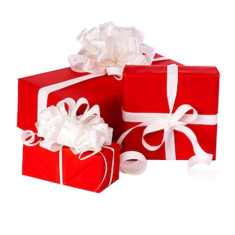 Filar pudełek z prezentami zawinięte w czerwony papier, na białym tle