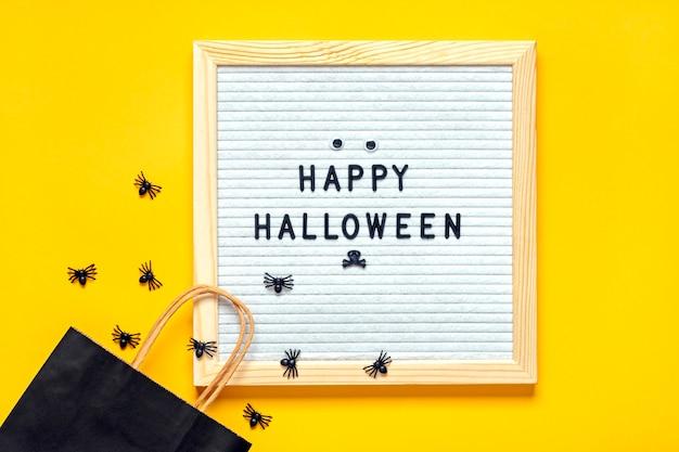 Filcowa tablica z tekstem i czarnym opakowaniem, pełzające pająki. widok z góry układ płaski