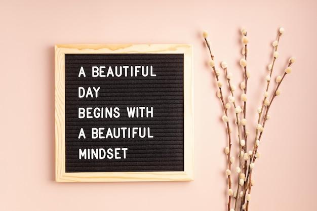 Filcowa tablica z tekstem piękny dzień zaczyna się od pięknego sposobu myślenia. zdrowie psychiczne, pozytywne myślenie, koncepcja dobrego samopoczucia emocjonalnego