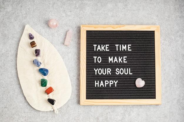 Filcowa tablica z tekstem wymaga czasu, aby uszczęśliwić twoją duszę. pomysł na zdrowie psychiczne