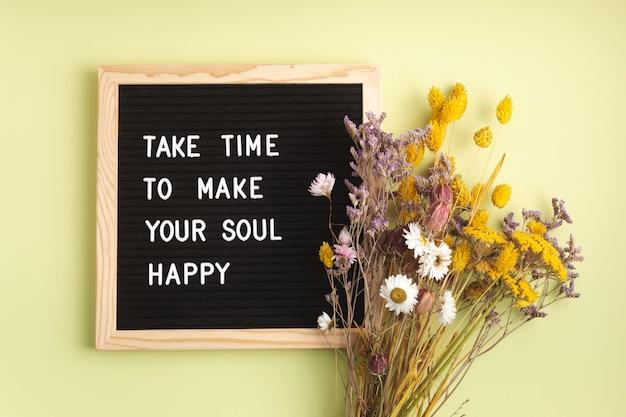 Filcowa tablica z tekstem wymaga czasu, aby uszczęśliwić twoją duszę. zdrowie psychiczne, pozytywne myślenie, koncepcja dobrego samopoczucia emocjonalnego