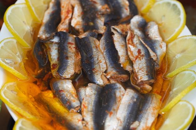 Filet rybny gotowane marynowane kawałki z przyprawami i cytryną