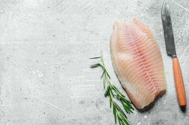 Filet rybny z nożem i rozmarynem.