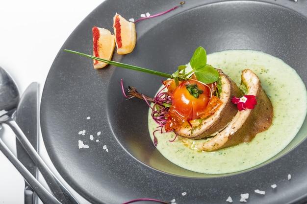 Filet rybny z sosem pieczonym i dekorowanym
