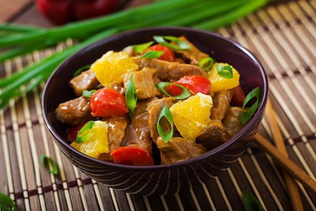 Filet z cielęciny - wymieszaj smażyć z pomarańczami i papryką w sosie słodko-kwaśnym