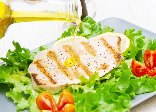 Filet z grillowanego tuńczyka z sałatką i pomidorami