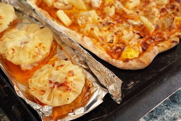 Filet z kurczaka z ananasem na folii i domowa pizza hawajska. proste domowe przepisy z ananasem