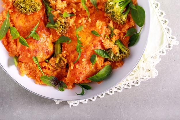 Filet z kurczaka z kuskusem i brokułami