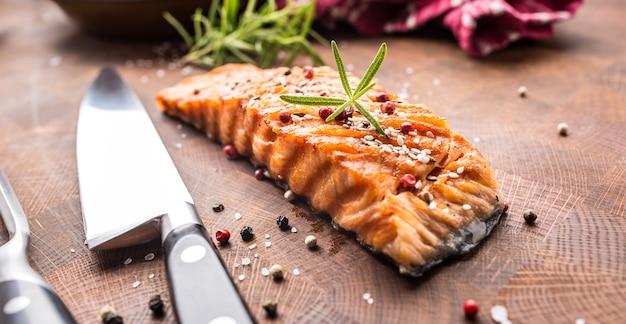 Filet z łososia grillowany z solą, pieprzem, sezamem i ziołowym rozmarynem.