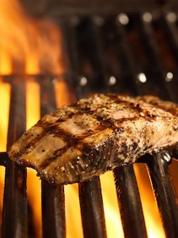 Filet z łososia na grillu z płomieniami