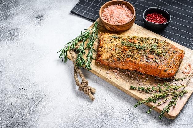 Filet z łososia wędzony na gorąco na desce do krojenia