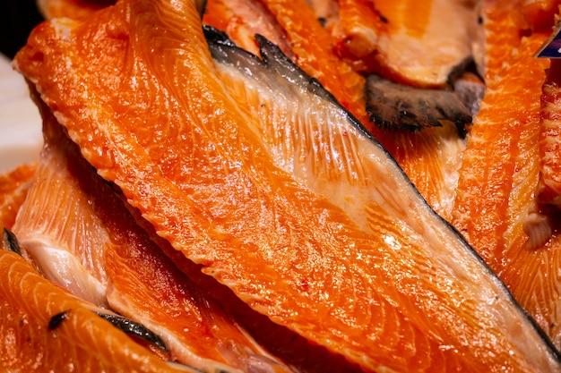 Filet z łososia z czerwonej ryby na targu rybnym