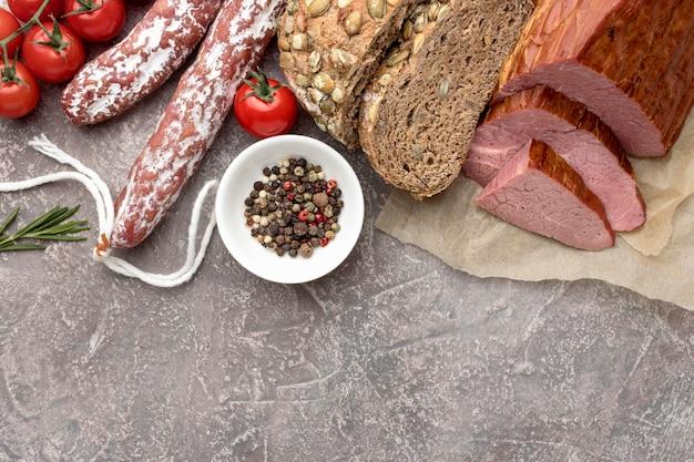 Filet z mięsa i salami z pomidorami