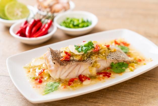 Filet z ryby grouper na parze z sosem limonkowym w sosie limonkowym