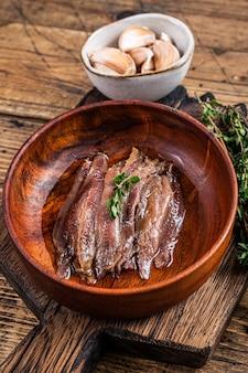Filet z sardeli w puszkach w drewnianej misce