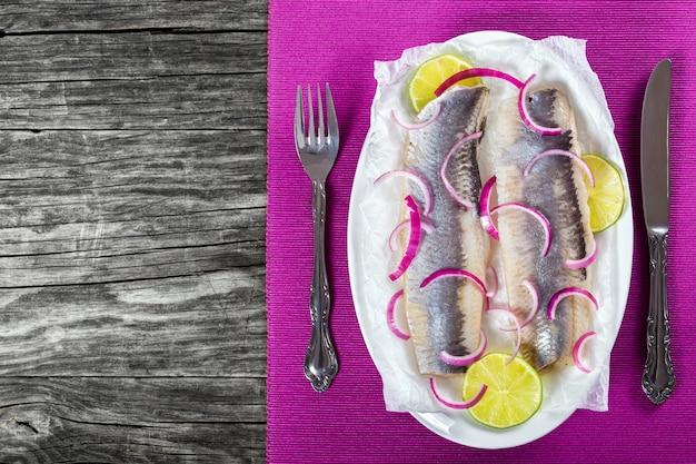 Filety śledziowe z plastrami cebuli i limonki