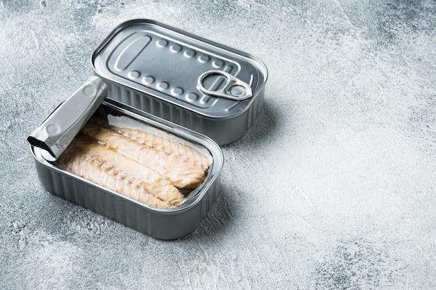 Filety z makreli w puszce w zestawie, w puszce, na szaro